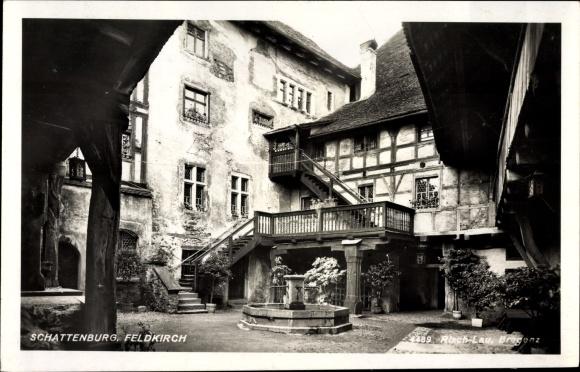 Ak Feldkirch in Vorarlberg, Schattenburg, Hof, Brunnen, Fachwerkhaus