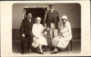 Foto Ak Zwei Männer in Anzügen, zwei Frauen, Mantel, Hüte
