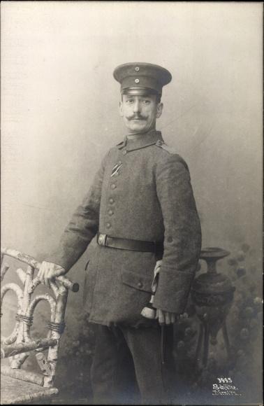 Foto Ak Deutscher Soldat in Uniform, Standportrait, Schirmmütze