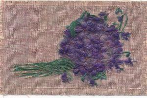 Stoff Relief Ak Blumenstrauß aus lila Veilchen, verwebte metallische Fäden