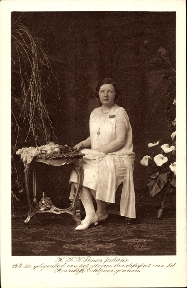 Ak Prinses Juliana, Königin Juliana der Niederlande, Portrait an einem Tisch sitzend