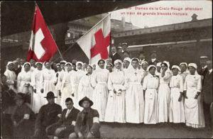 Ak Schweiz, Dames de la Croix Rouge attendant un train de grands blessés francais