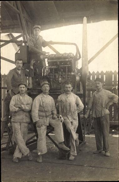 Foto Ak Französische Soldaten, Mechaniker bei der Arbeit, Motorarbeiten