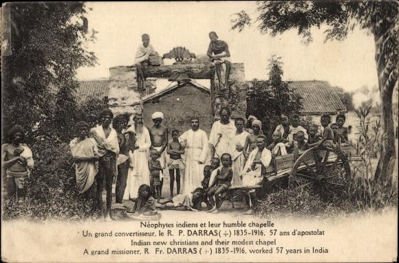 Ak Indien, Missionierte indische Christen vor ihrer Kapelle, Missionar R. P. Darras