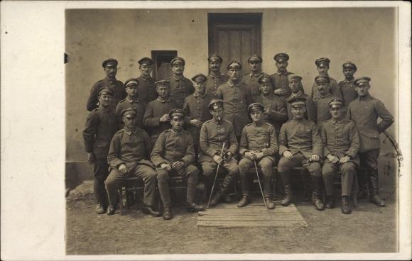 Foto Ak Deutsche Soldaten in Uniformen, Gruppenportrait, Schirmmützen, Gehstöcke, I. WK