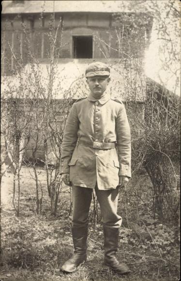 Foto Ak Deutscher Soldat in Uniform, Standportrait, Stiefel, I. WK