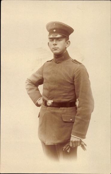 Foto Ak Deutscher Soldat in Uniform, Standportrait, Schirmmütze, Gürtelschnalle
