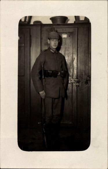 Foto Ak Deutscher Soldat in Uniform, Standportrait, Pickelhaube, Gewehr, Gürteltaschen