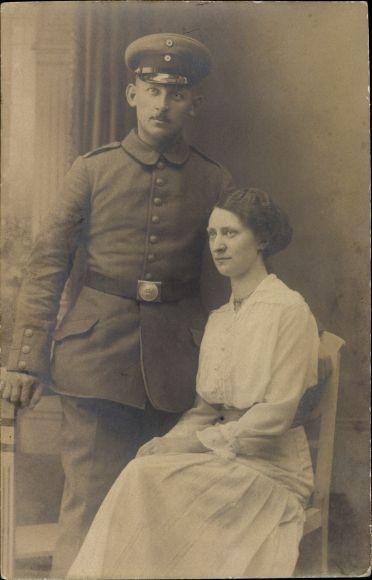 Foto Ak Deutscher Soldat in Uniform, Junge Frau, Portrait