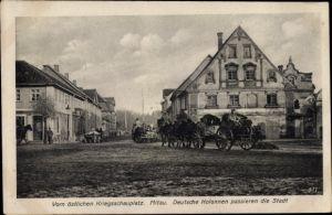 Ak Jelgava Mitau Lettland, Deutsche Kolonnen passieren die Stadt