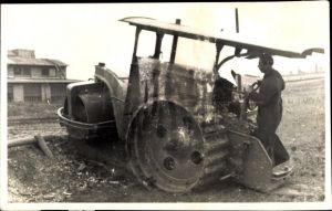 Foto Ak Mann auf einem Traktor mit Walze