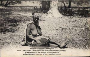 Ak Senegal, Marchande de sable noir dont les femmes se saupoudrent les tresses de la chevelure
