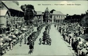 Ak Tananarive Madagaskar, Place Colbert, Defile des Troupes
