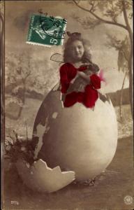 Ak Glückwunsch Ostern, Mädchen, Portrait, Schlüpfen aus Osterei, Osterhase, Weidenkätzchen