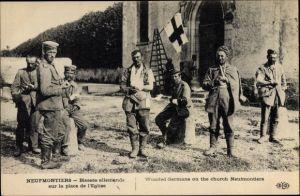 Ak Neufmontiers Seine-et-Marne, Blessés allemands sur la place de l'Église