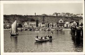Ak Helgoland in Schleswig Holstein, Blick vom Meer zum Strand, Segelboot, Leuchtturm, Häuser