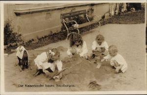Ak Die Kaiserkinder bauen Sandburgen, Kinder beim Spielen