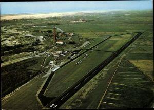 Ak Norderney in Ostfriesland, Fliegeraufnahme vom Ort mit Umgebung, Leuchtturm, Flugplatz, Meer