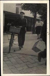 Foto Ak Mann im Anzug mit Fahrrad