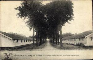 Ak Versailles Yvelines, Camp de Satory, Avenue conduisant au terrain de manoeuvres, baraques
