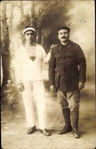 Foto Ak Französischer Soldat mit französischen Seemann, Uniform, Portrait