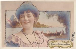 Glitzer Ak Portrait einer Dame, Ruderboot am Ufer