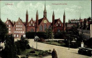 Ak Lübeck in Schleswig Holstein, Straßenpartie mit Blick auf das Heiliggeistspital, Straßenbahn