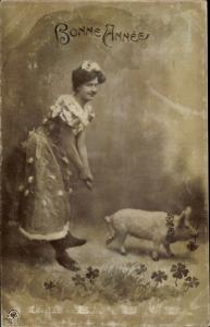 Ak Glückwunsch Neujahr, junge Frau mit Glücksschwein, Kleeblätter