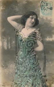 Glitzer Ak junge Frau mit verziertem Glitzerkleid, Portrait, Halskette