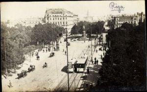 Foto Ak Riga Lettland, Straßenpartie, Straßenbahnen