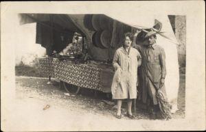 Foto Ak Mann und Frau vor einem Verkaufsstand