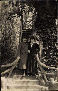 Foto Ak Paris XIX., Soldat francais avec son compagne, portrait, escalier