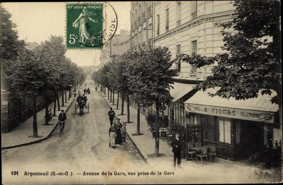 Ak Argenteuil Val d'Oise, Avenue de la Gare, vue prise de la Gare, Café A. Fiogre