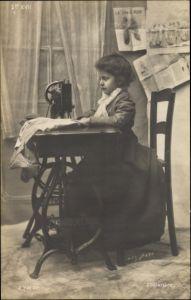 Ak Mädchen an einer Nähmaschine, Modell Princesse Olga