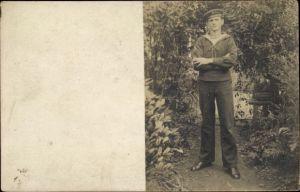 Foto Ak Deutscher Matrose in Uniform, Standportrait, Kaiserliche Marine