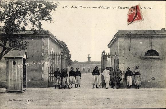 Ak Algier Alger Algerien, Caserne d'Orleans, 1er Zouaves, Entree de la cour