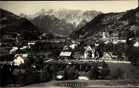 Ak Schruns in Vorarlberg, Totalansicht vom Ort, Berglandschaft