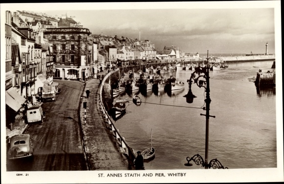 Ak Whitby Yorkshire, St Annes Straith and Pier, panoramic view, lighthouse