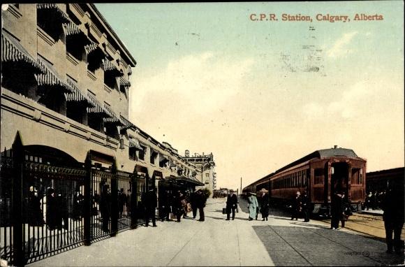 Ak Calgary Alberta Kanada, C. P. R. Station, Bahnhof, Gleisseite