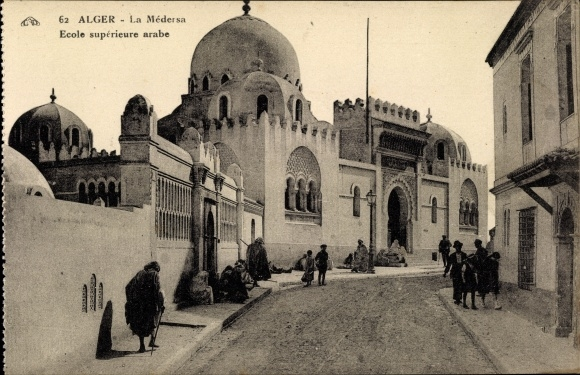 Ak Algier Alger Algerien, La Médersa, Ecole supérieure arabe, vue de face, entrée, passants