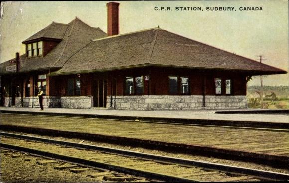 Ak Sudbury Ontario Kanada, C. P. R. Station, Bahnhof, Gleisseite