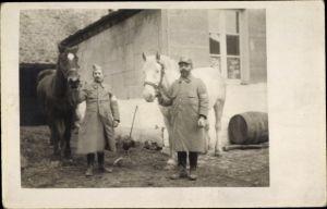 Foto Ak Zwei französische Soldaten mit Pferden