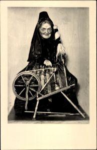 Ak Sonneberg in Thüringen, Spinnerin in fränkischer Tracht, Spielzeug Museum