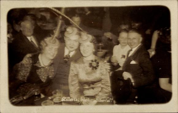 Foto Ak Gruppenfoto einer feiernden Gesellschaft aus Damen und Herren in einer Wirtschaft, Federhüte