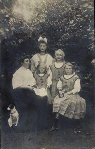 Foto Ak Hamburg Wandsbek Rahlstedt, Familienportrait, Mutter mit vier Kindern und Hund