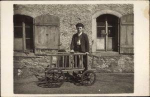 Foto Ak Tischler mit Holzkarren, Hammer, Portrait
