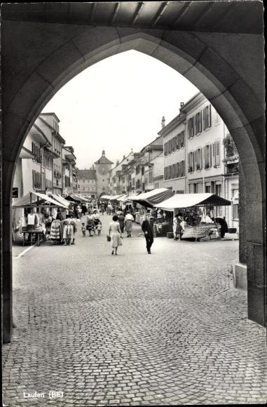 Ak Laufen Kt. Basel Land Schweiz, Blick durch das Tor auf Hauptstraße, Markt