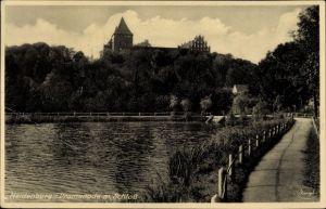 Ak Nidzica Neidenburg Ostpreußen, Promenade mit Schloss