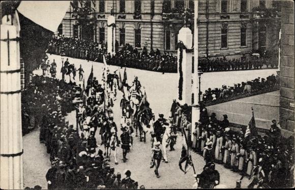 Ak Kaiser Karl I. von Österreich Ungarn, Krönung, Träger der Landesfahnen