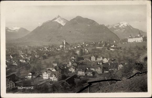 Ak Schwyz Stadt Schweiz, Panoramaansicht von Stadt und Umgebung